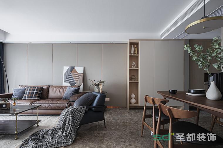 蓝色皮质单椅与布艺抱枕的点缀,为空间注入活力;黑色的茶几与边几,木质与金属相碰撞,提升了整体的复古基调,富有质感的同时也给空间增添一份亲和力。