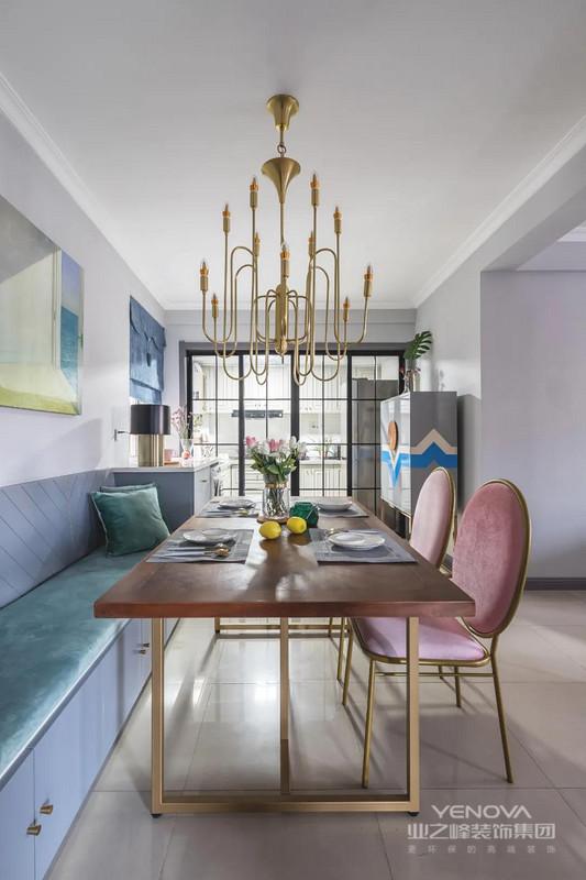 蓝色卡座+坐垫,金属架的餐桌椅与金属制的吊灯相呼应,餐椅还配了粉色坐垫与靠背,在轻奢华丽的空间下,还营造出一种复古调的优雅。