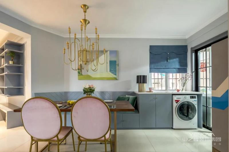 卡座连着矮柜餐边柜,把洗衣机也嵌入到中间位置,整体空间更加实用。