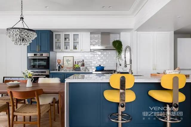 厨房采用开放式设计,橱柜门板采用蓝色和白色搭配,蓝色为主,白色只用于吊柜门板,这种蓝白搭配,颜值很高