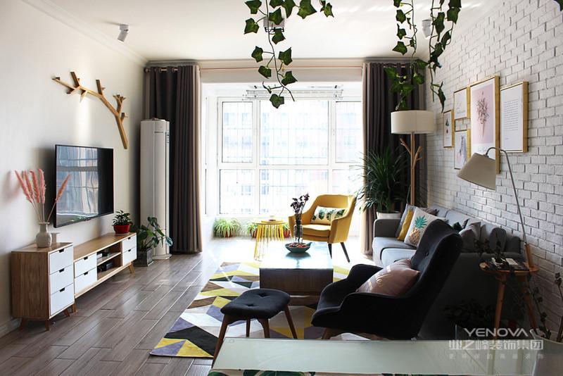 客厅是经典的风格的沙发、茶几和电视柜,沙发背景墙也做了文化砖,整体简约舒适。