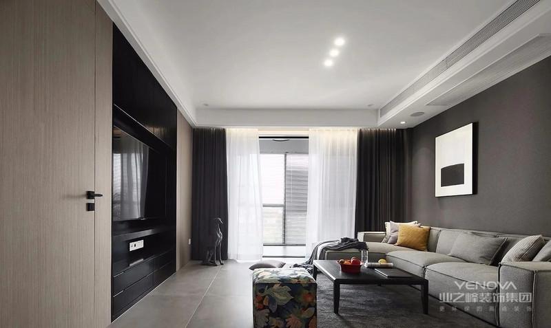 客厅整体设计以黑白灰+木色为基调,哑光色地砖搭配标志性简约风的无主灯顶面设计。