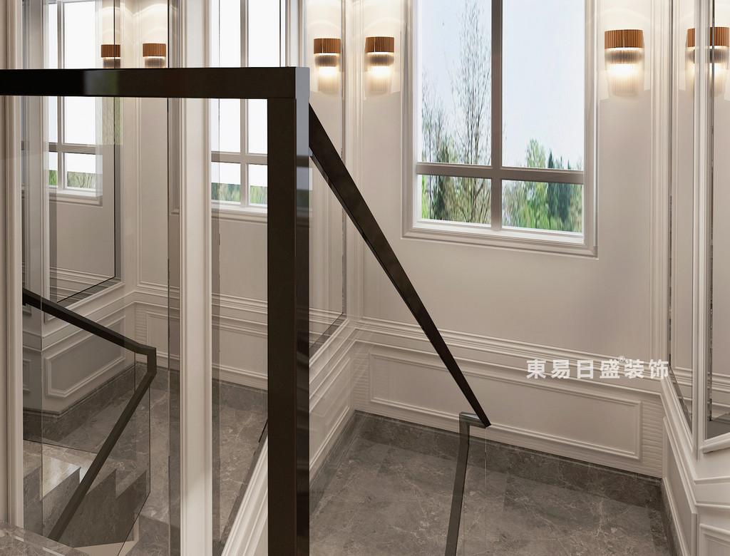 充满立体感的白色墙面上,石膏线勾勒出层次,加上大面积镜面和玻璃窗的营造,使空间通透感非常强;黑色楼梯扶手和灰色理石地板,对比白色墙面,视觉上沉稳又深邃,空间更富有品质。