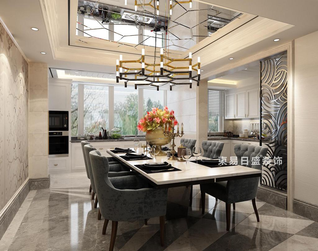 餐廳主色調用白色,燈飾用金色點綴,突顯奢華;天花板飾以鏡面,無形中拉伸空間縱深感;餐廳與廚房用以波浪的雕花推門隔開,增強了立面立體層次感。