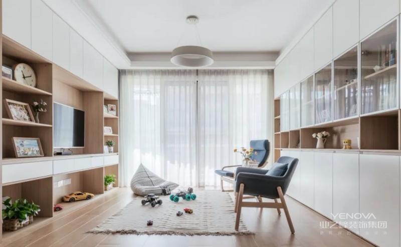 原木、白色及柔和的中性色的搭配,营种出明亮而温馨的空间氛围。客厅两面墙都做了大量的定制柜,极大程度的满足了空间的实用性。