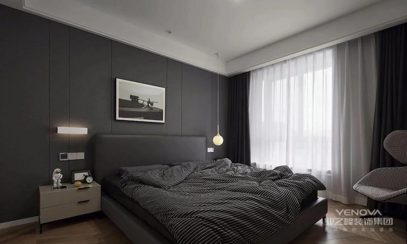 主卧延续鱼骨拼木地板,黑色硬包背景搭配黑色皮床,点缀不同款灯饰与装饰画。