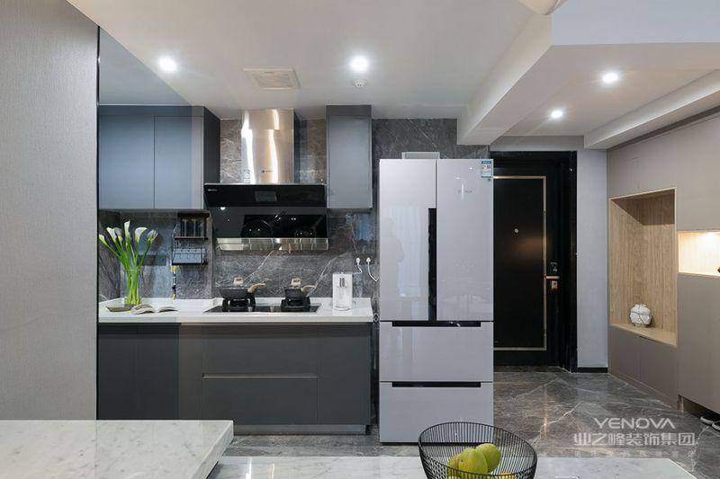 开放式的厨房,在灰色的墙面与定制橱柜搭配下,小小的操作台,也带来了一个简约舒适的时尚烹饪氛围。