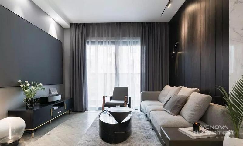 现代大方的客厅空间,结合黑色幕布、沙发墙、电视柜与茶几,大量深色的装饰,使得空间充满端庄舒适的气质。