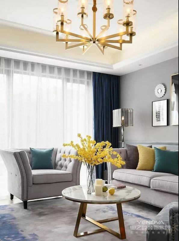 深蓝色丝绒窗帘 以及金色元素的装点 释放出轻奢美感