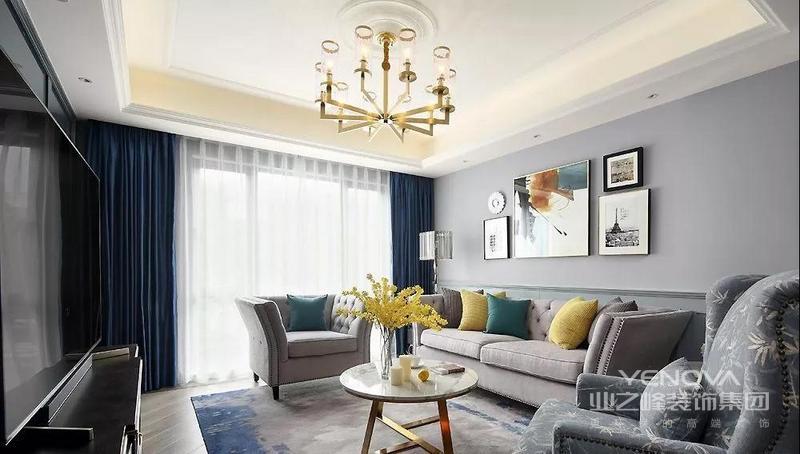 客厅沙发背景墙 选用了深浅适中的灰色墙布 浅色布艺沙发 与素雅舒适的单人沙发 彰显经典美式风格