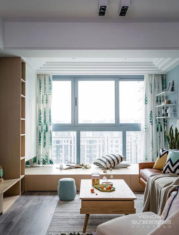 为了不浪费空间,阳台上设计了榻榻米,平时孩子可以在上面玩,收纳空间也充足,偶尔还能直接充当房间休息,太机智了!