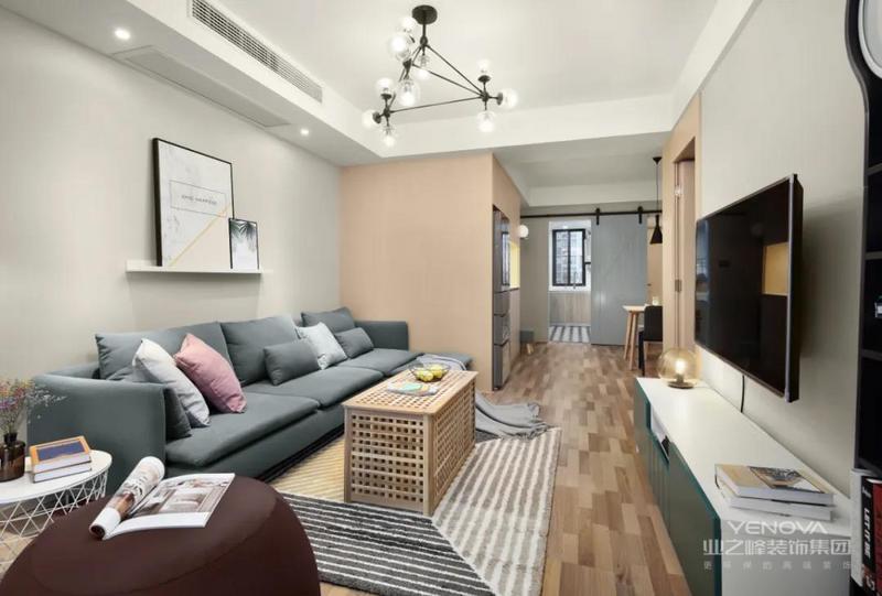 客厅整体空间以暖灰色的墙面,布置灰蓝色的布艺沙发,一张独特的多头球形吊灯,还有餐厅区域的胭脂粉色的墙面,整个客厅充满了简约自然的温馨画面感。