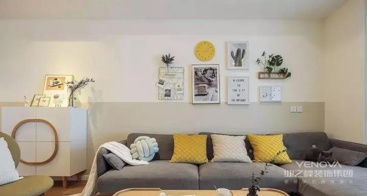 北欧风的灰色布艺沙发,搭配一张简洁轻便的原木茶几,加上几个色彩鲜亮的抱枕,轻快有活力