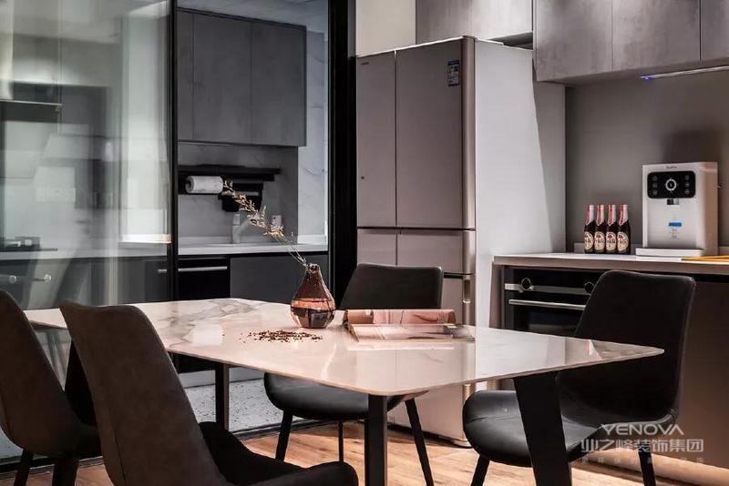 在餐厅增加西厨功能 分担了部分中厨功能 收纳了冰箱和烤箱等电器 一些简餐也可以直接处理 使用十分便捷