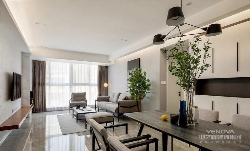 餐厅的长桌自带纹理,与桌上的绿植结合带来自然气息,餐椅布艺给人舒适放松之感,餐边柜黑白两色与整体空间呼应更显简洁干练。