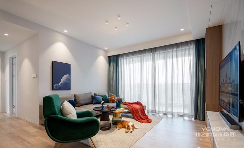 客厅整体是比较现代的风格,大面积浅灰色墙面奠定客厅整体基础色。