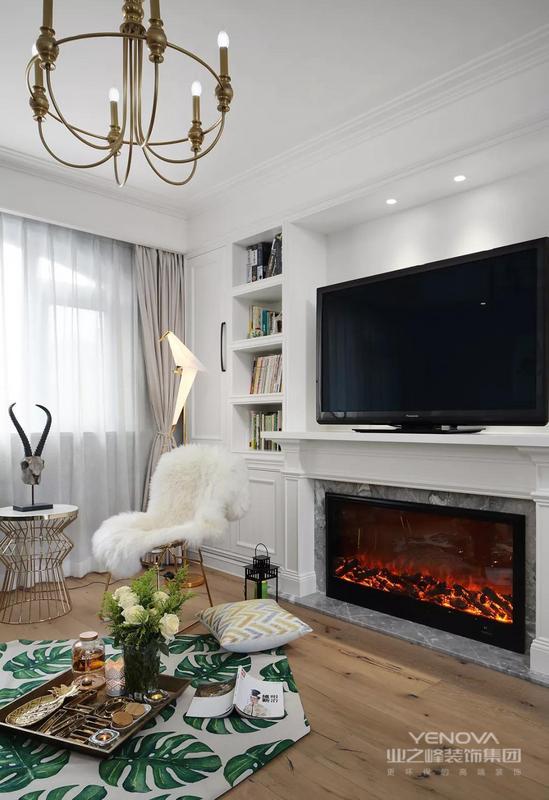 客厅整体以现代优雅的美式格调,没有大尺寸的茶几,取而代之的是更加休闲舒适的地毯,呈现出一个悠然舒适的生活空间感。