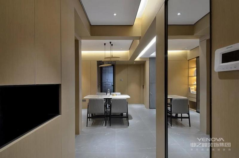 玄关左侧定制木质鞋柜,中间加入一个黑色的空格层,而右侧墙面则是挂了一面全身镜,也是方便出门前的仪容整理