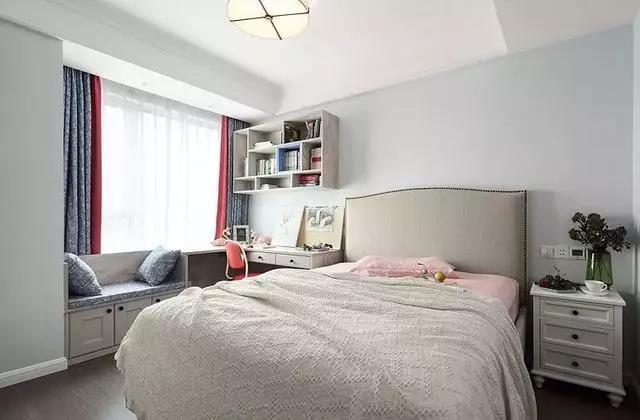 刚上初中的女孩希望自己的卧室是保持原样、毫无杂物的。纯洁的白色和亮丽的浅绿色搭配显得整个卧室没有一丝的污染。卡座和写字台的结合为空间制造更多可能性。