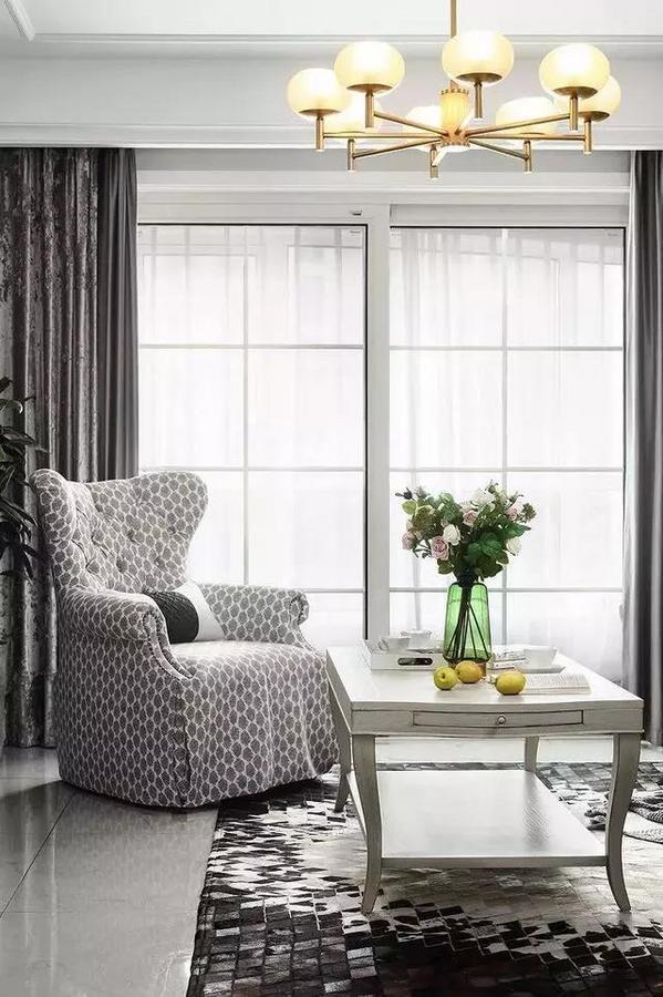 阳光透过窗落在几何图形的地毯上,绿植摇摆着向太阳问好,室内与室外相互通联,内外归一,自成一景,让人沉醉于此,不见纷扰之色,只在意境当中。