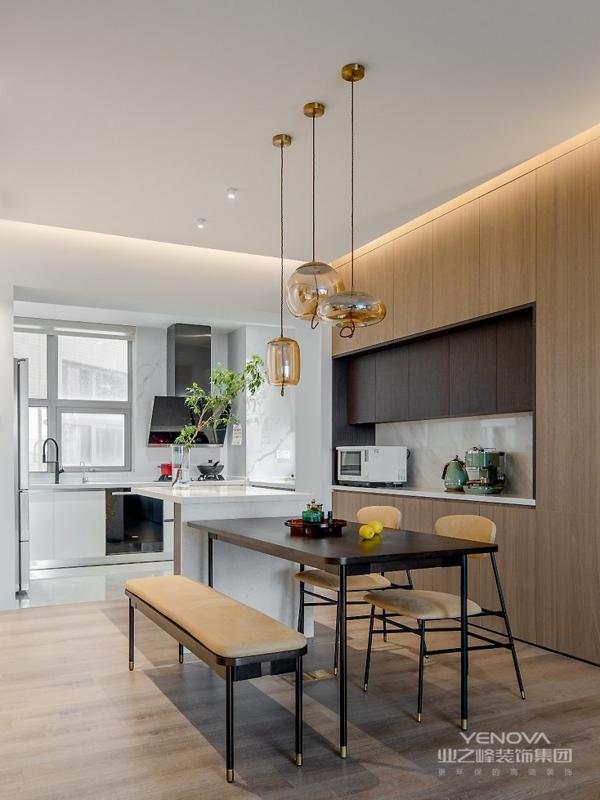 开放式厨房的设计满足年轻人喜好,吧台与餐桌高低结合,组成一个方便别致的聚餐区。
