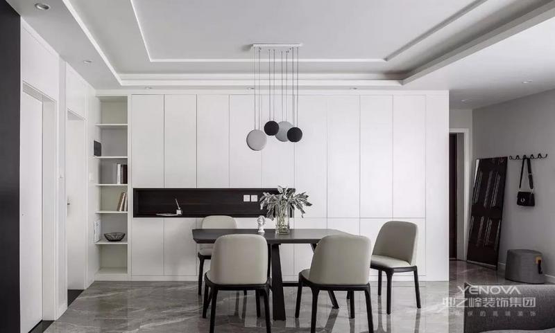 餐厅,黑色餐桌配橡皮灰餐椅,后方的背景餐边柜,左侧设计成置物格,留出配电箱的位置