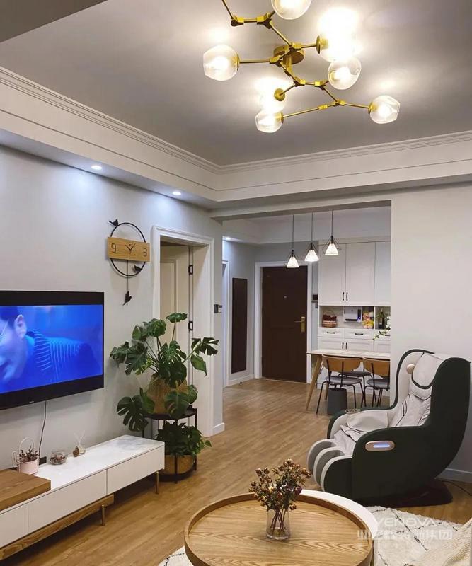 客厅看整体的效果,进门左手边就是餐厅,与客厅之间利用吊顶划分了功能区,温馨感就显得尤为重要,所以地面通铺了原木地板,比冰冷的瓷砖显得温暖舒适很多。