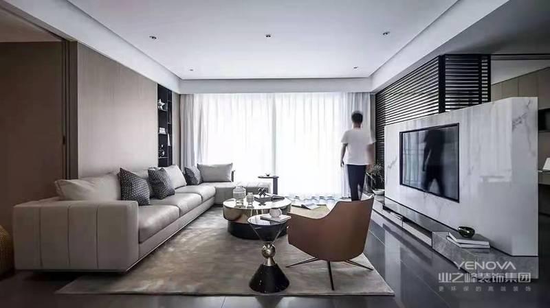客厅整体现代大方的空间基调,布置上舒适华丽的家具软装与细节装饰,在无主灯的空间氛围下,呈现出一种自然优雅的轻松与惬意感。