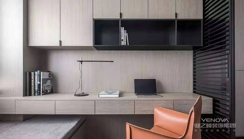 木质感的定制书桌书柜,书桌上方加入黑色的开放书架,侧边还有黑色百叶帘搭配,整体自然舒适的空间,显得端庄而又高级大气。