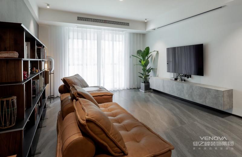 整个客厅干净利落,没有太多的造型与装饰,符合屋主对于整个空间的需求。沙发背后的艺术涂料水泥漆以深色为主,焦糖色沙发与米白色窗帘的加入,给予空间颜色上的层次感