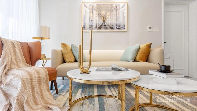 客厅在硬装上免去了华而不实的装饰,而是从简约出发,在保留美式韵味的同时又传达出现代的时尚感。