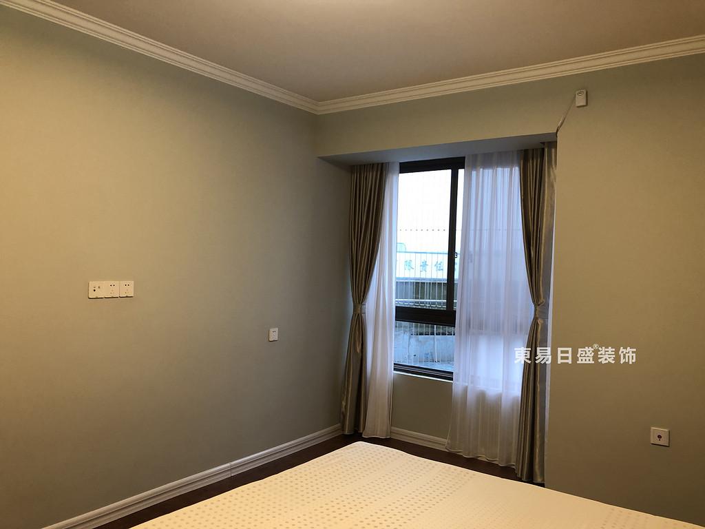 桂林彰泰?天街四居室180㎡輕美式風格:主臥室飄窗裝修設計實景圖