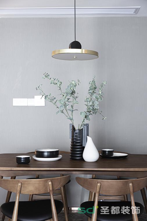 餐厅与客厅共享同一空间,但恰到好处的摆位,让二者的功能分区得以突出。 木质餐桌餐椅,圆润有型,触感光滑细腻。木质的清新质朴,与整体空间氛围完美融合,复古中有着满满的生活气息。
