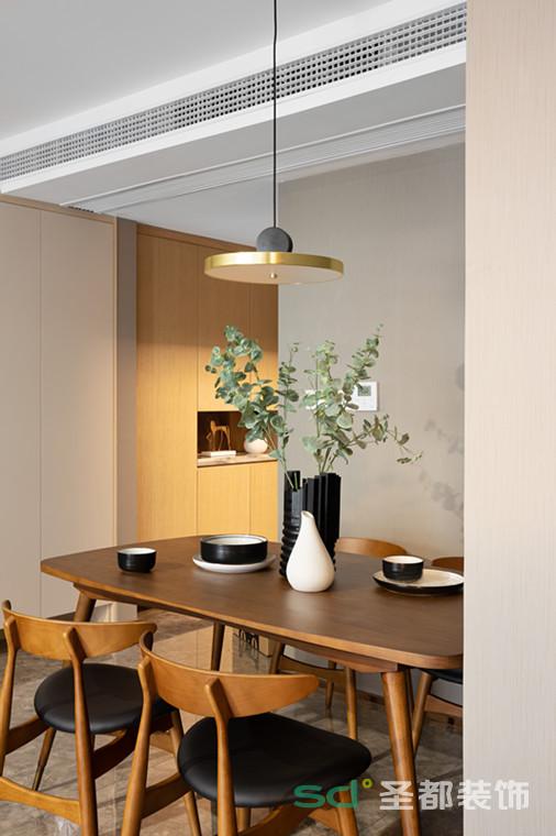餐桌正上方是一盏复古金属质感的吊灯,小巧精致。打开灯,灯光温柔洒在桌面,有一种岁月静好的温馨感,让慢生活更有味道。