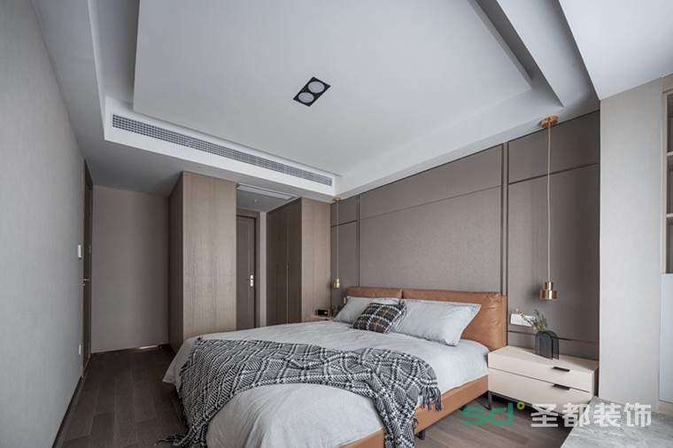床头两盏精致吊灯,细腻的金属质感,给人一种赏心悦目的精致格调。昏黄的灯光将一切衬得温暖而祥和,营造一个良好的入睡氛围。 入户通道和飘窗得以充分利用,增加了定制柜,满足实用性的同时,保持着高度的美感。