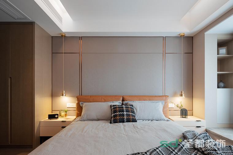 主卧沿用客厅的风格,素净的墙布,儒雅清柔,细看肌理分明,一点都不单调。搭配橙色卧床,明亮、温暖,为空间注入独特的审美视觉。