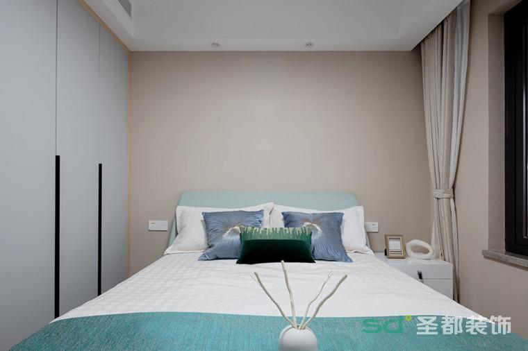 次 卧比起其他空间,次卧的配色相对清新淡雅,恰当的留白有效放大空间格局。 生活,有时候就是越简单越好。