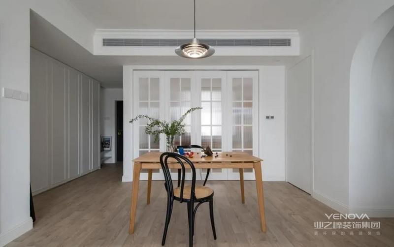 餐廳大面積留白,原木色的餐桌居中而設,動線流暢,簡單靈活。