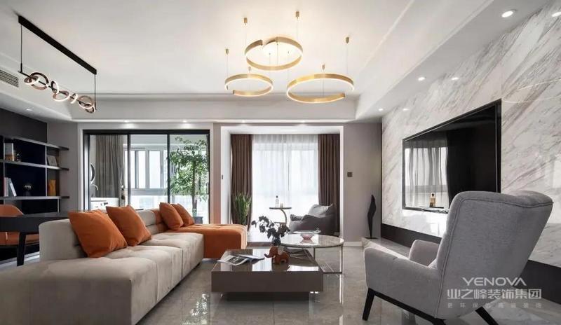 敞亮的空间、舒适的家具、精致的灯具,再加上一抹淡淡的绿意做点缀,打造出一个时尚、现代的待客空间