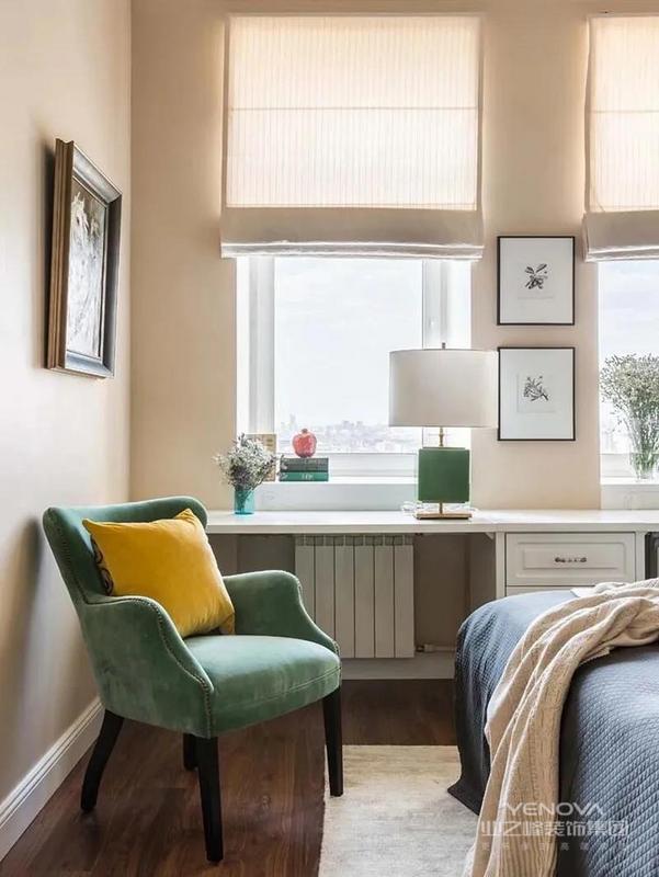 客厅设计了一个小飘窗,大理石的台面看着很高级。窗帘选择的是和墙面同色系的大地色,温馨和谐。