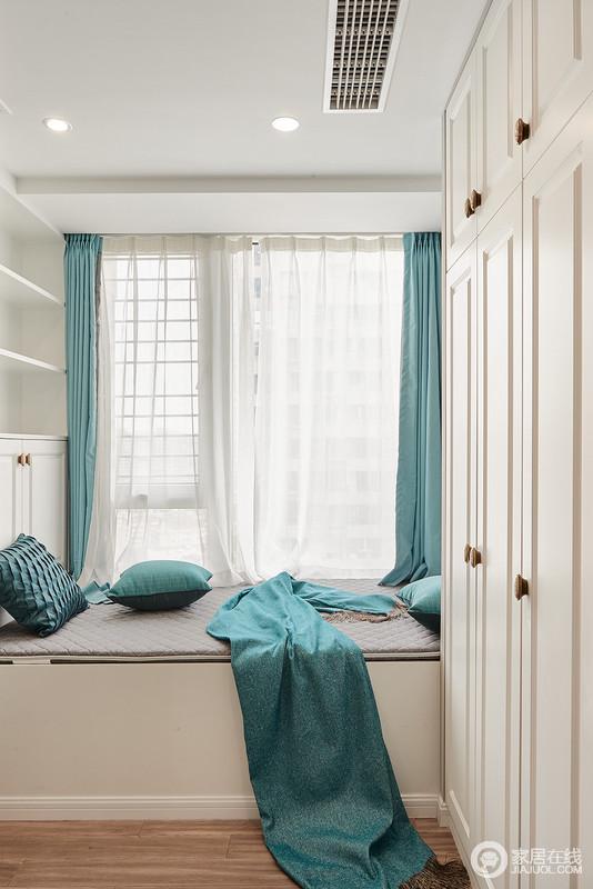 书房除了学习之外,专门定制了衣柜和收纳柜,并结合榻榻米设计,提升空间的实用性;白色的实木作为背景色,搭配湖绿色的成套布艺,显得格外吸睛。
