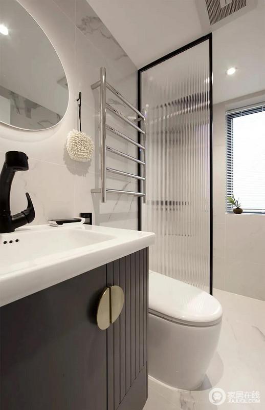 卫生间做了干湿分离的设计,白色台盆与黑色柜门搭配出简洁感,令空间既实用又简单。