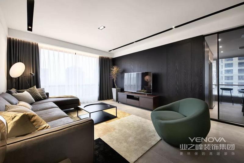 客厅整体空间现代时尚的格调,电视墙是黑色木饰面的背景,打造出一种成熟端庄的现代氛围感。