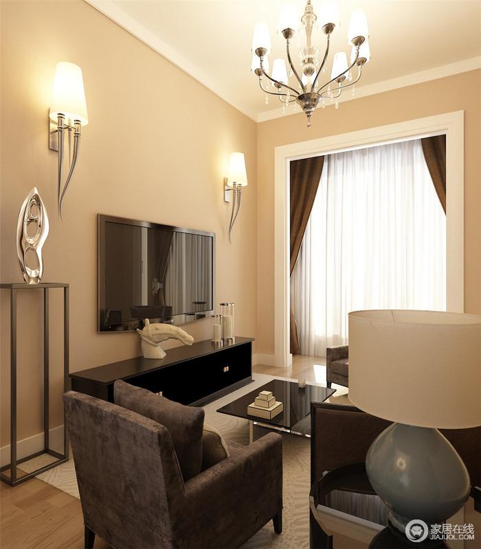 客厅以白色吊顶和米色墙体作为结合,渲染了一个温馨的生活氛围;壁灯流行的设计搭配博古柜上的艺术品,让简单的空间多了份精致。