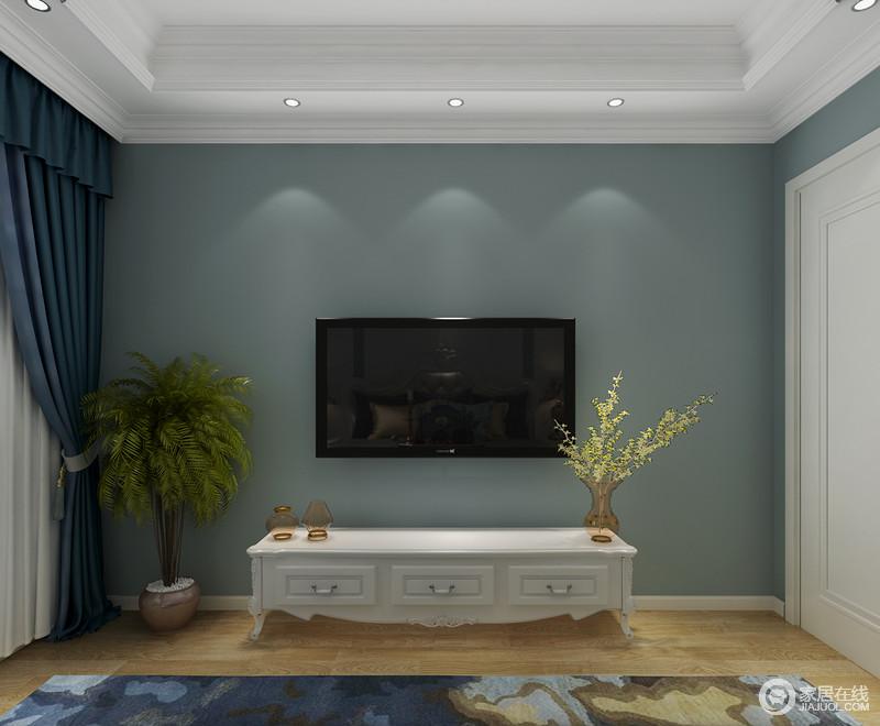 卧室的白色电视柜搭配墙面的蓝色,造就了空间的清新;原木地板带来暖意,平衡出温馨,一些小物件的点缀,让空间不显单调。