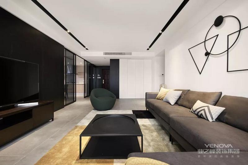 无主灯的客厅空间,天花嵌入了2道黑色的筒灯灯槽,搭配黑色的茶几布置,也是显得沉稳而又大气舒适。
