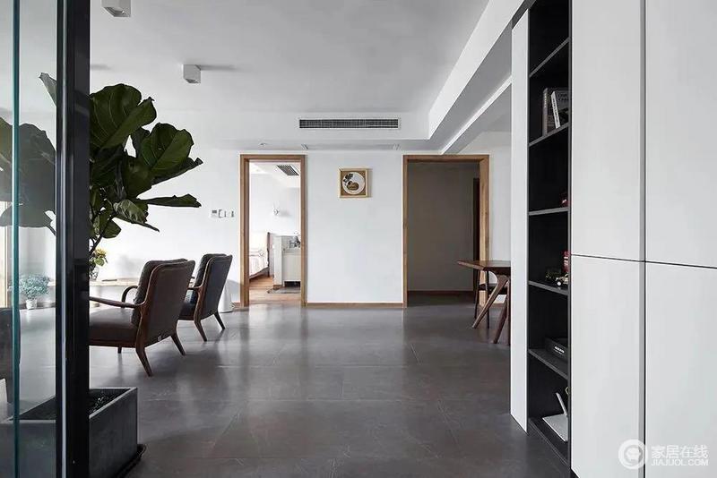 简约自然的空间,左侧琴叶榕、右侧格架柜,回家后的感受就是这般清新而轻松。