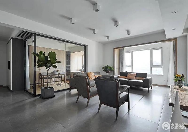 在灰色地面+无主灯的设计下,结合书房的玻璃隔墙,布置简约灰色的家具布置,让客厅充满自然舒适的轻松气质。