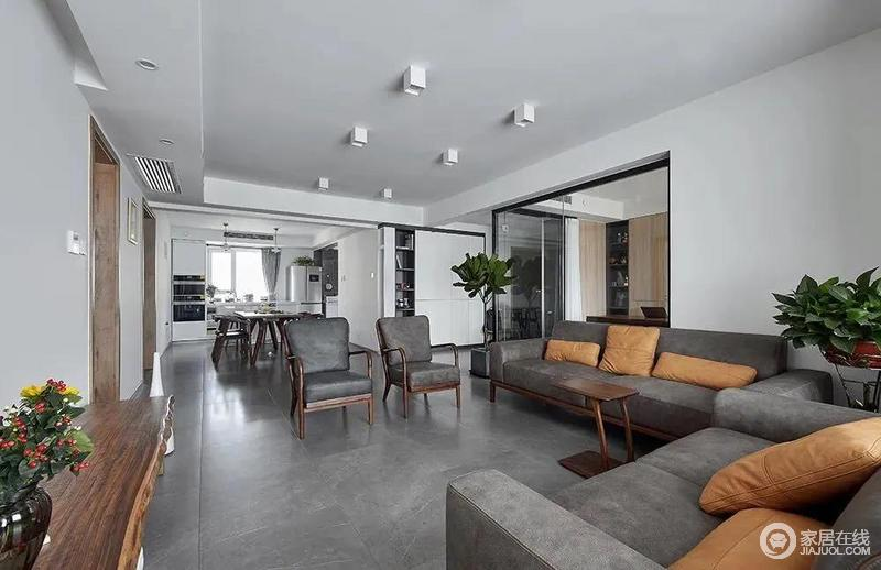 实木+灰色皮质沙发,还有两盏舒适的单人沙发椅,结合原始木质感的电视柜台面,营造出一种极简高端的客厅氛围感,而小尺寸的茶几摆设,也让客厅空间显得更加宽敞大方。