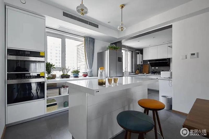 西厨中岛操作台,结合靠窗入墙式的电器柜,还有两盏小吧椅布置,为主人做料理点心提供了一个时尚优雅的小空间。